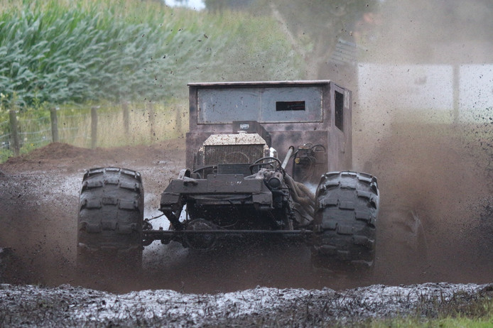 Naast relatief reguliere auto's binden bij  Mud Mania in Lemelerveld ook speciaal gebouwde auto's de strijd aan. Met elkaar, maar ook met de modder, die per ronde toeneemt.