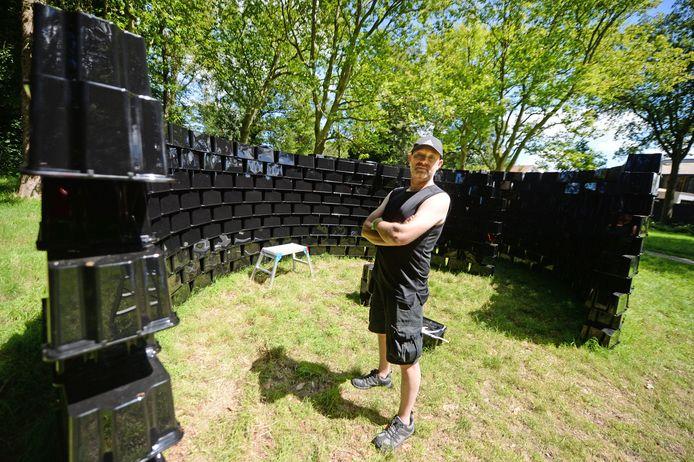 Kunstenaars zijn deze week live aan het werk in Delden. Marco de Kok bouwt een toren van 650 IKEA-kratjes.