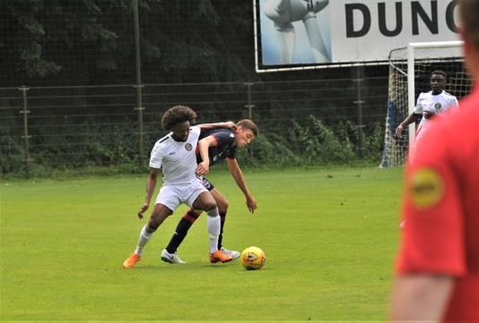 Ex-Feyenoorder Miquel Nelom (in wit shirt) in de wedstrijd tegen Ross County in Doorwerth.