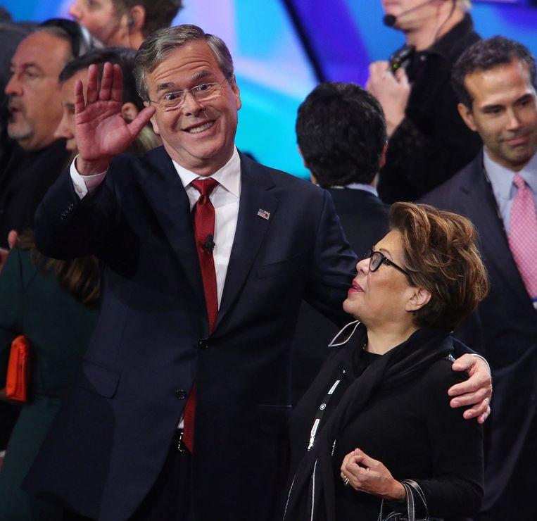 Oud-gouverneur Jeb Bush en zijn vrouw Columba na afloop van het debat. De vraag is of Bush het nog lang kan volhouden in de Republikeinse race. Hij is in diverse peilingen gezakt tot rond de drie procent. Beeld EPA