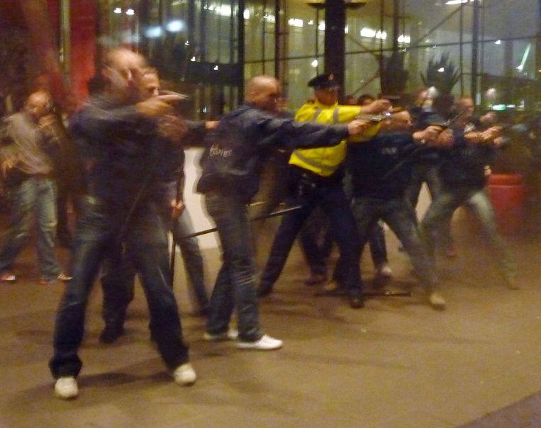 In 2012 trachtten bijna honderd Feyenoordfans het Maasgebouw te bestormen. Ze eisten het vertrek van Eric Gudde, algemeen directeur bij Feyenoord. Beeld WFA / Kees Spruijt