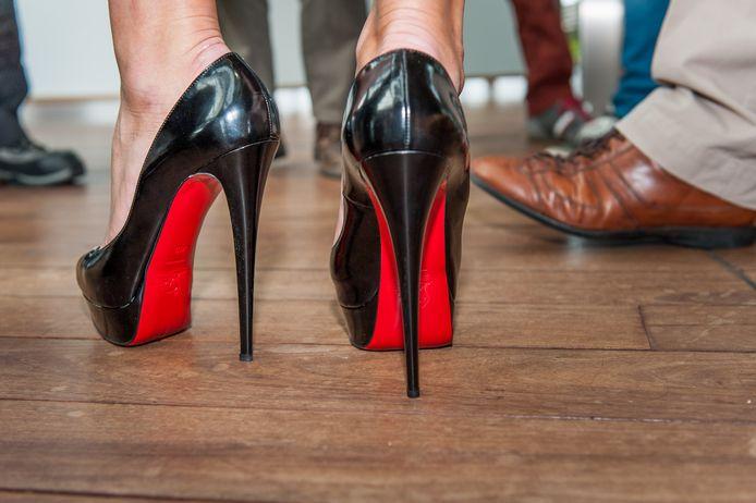 """Christian Louboutin, créateur des iconiques chaussures à la semelle rouge et aux talons aiguilles vertigineux, estime que ralentir la démarche offre aux femmes une """"forme de liberté"""" qui ne se démode pas."""