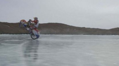 VIDEO. Spectaculair: motorrijder stunt op ijs