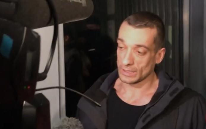 Piotr Pavlenski  à sa sortie du palais de justice.