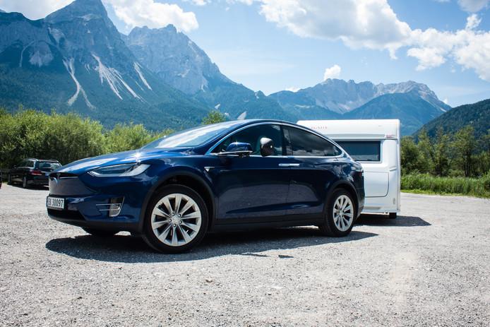 Tesla Model X met caravan.