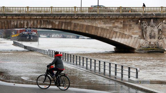 De Seine in Parijs. Deze fietser moet een kleine omweg maken om geen natte voeten te hebben.