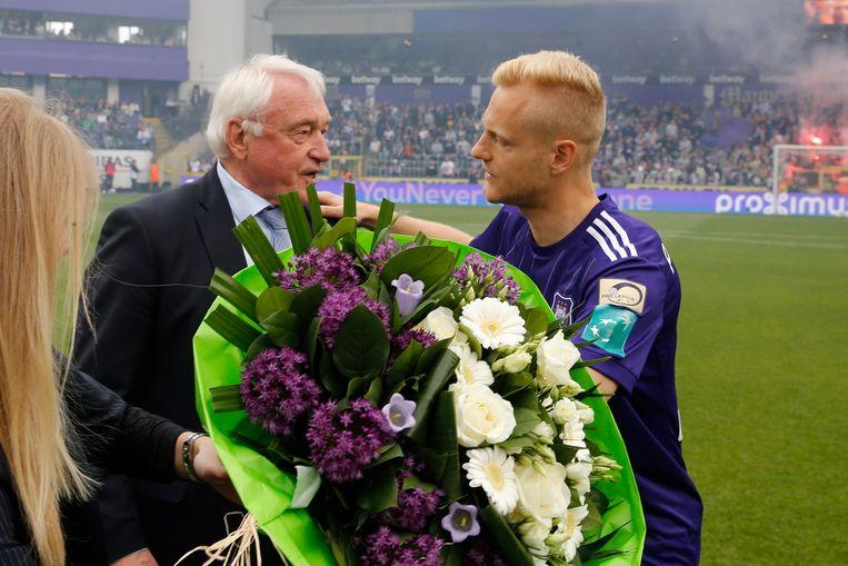Deschacht met bloemen voor Van Himst voor de aftrap van Anderlecht - Standard in mei 2018.