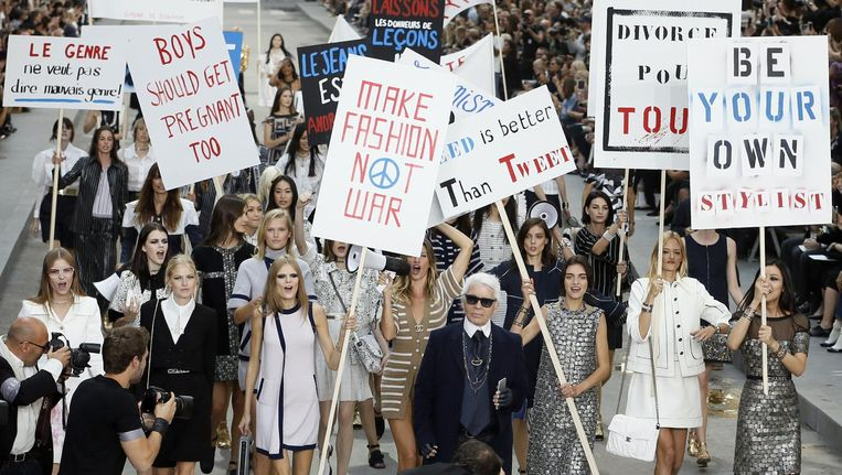 De niet bepaald als vrouwvriendelijk bekendstaande Karl Lagerfeld bij zijn modeshow waarin een feministische protestmars wordt nagebootst. Beeld AFP/Getty Images