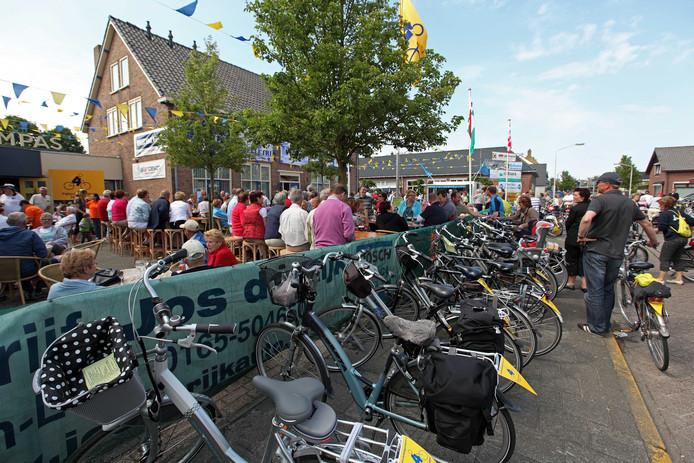 De fietsvierdaagse Hoeven had ook lang dorpshuis Het Kompas als uitvalsbasis. Links het dorpshuis op de achtergrond de voormalige biblioteek.