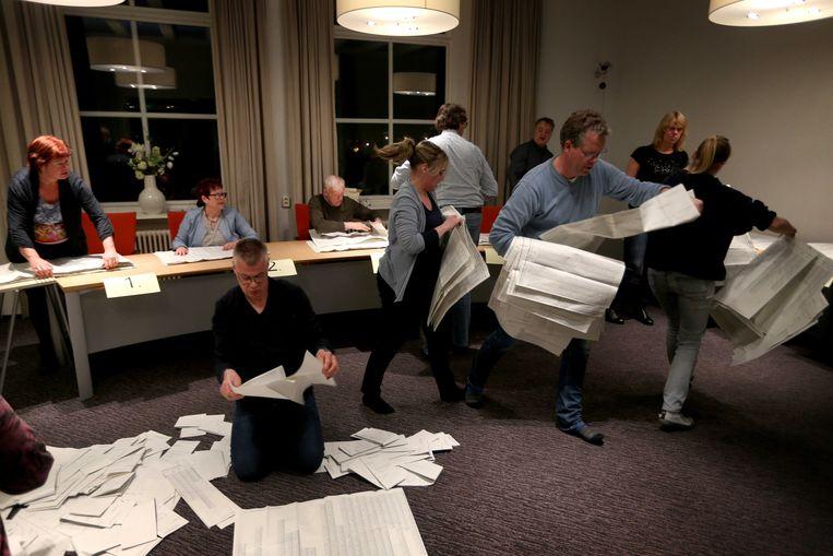 Een drukte van jewelste in Schiermonnikoog, waar alle stemmen met de hand worden geteld. Het Waddeneiland kon als eerste de verkiezingsuitslag doorspelen.