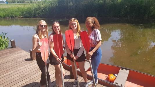 Isa, Kes, Jessie en Isabel klaar voor hun kanotocht over de Dommel.