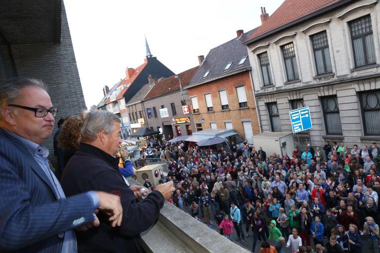 Een beeld van vijf jaar geleden.  Burgemeester De Block en schepen Van Den Eynde gooien balletjes in het publiek om de kermis af te sluiten.