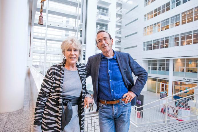 De auteurs Winfred en Annelies Haase van het boek Vanzelfsprekend maar niet normaal in het atrium van het stadhuis, een belangrijke plek voor Duivesteijn.