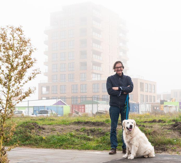 Andries Lugten voor het door hem ontworpen appartementencomplex Americana, op de Stadswerven.