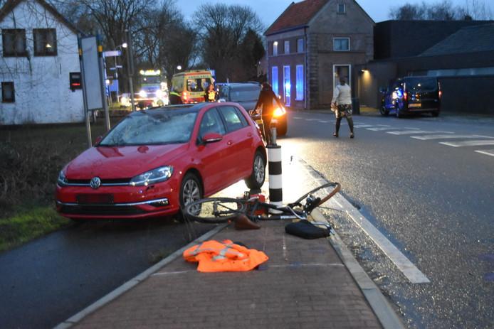 Een fietser werd aangereden door een personenauto op de Steenweg in Zaltbommel.