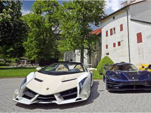 Des voitures de luxe saisies à un politicien corrompu proposées aux enchères