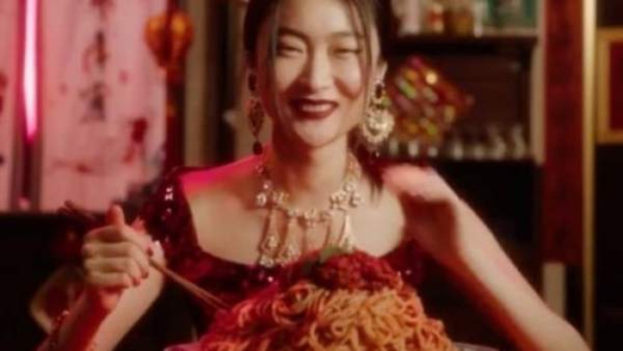 Een Chinees model probeert in de videootjes typisch Italiaanse gerechten met stokjes te eten.