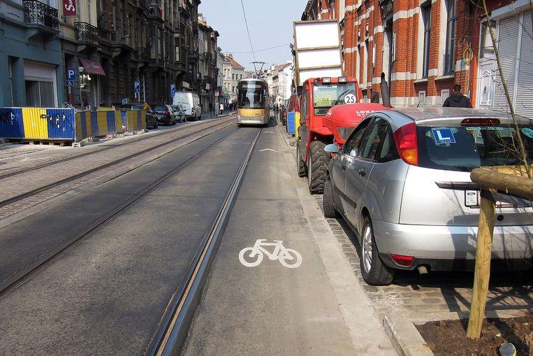 In Schaarbeek kan je kiezen of je op de tram of op een auto fietst.