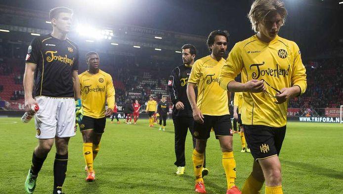 Spelers van Roda JC druipen af na weer een nederlaag.