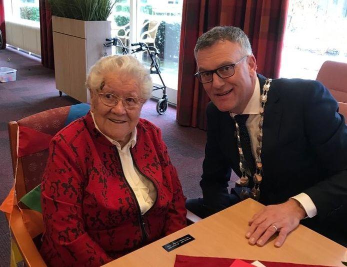 Burgemeester Hans Janssen feliciteert mevrouw Van Esch-Wolfs in zorgcentrum Stanislaus met haar honderdste verjaardag