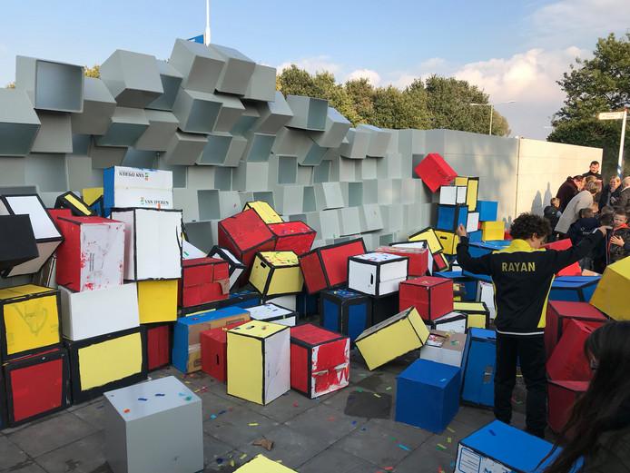 Een muur van gekleurde kartonnen dozen werd gebruikt voor de onthulling.