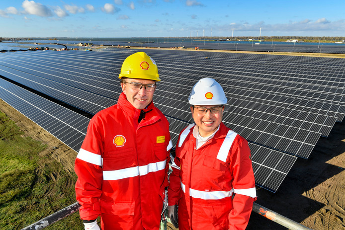 Zonnepark Shell Moerdijk, general manager Richard Zwinkels (links) en manager zonnepark Roberto Jiminez.