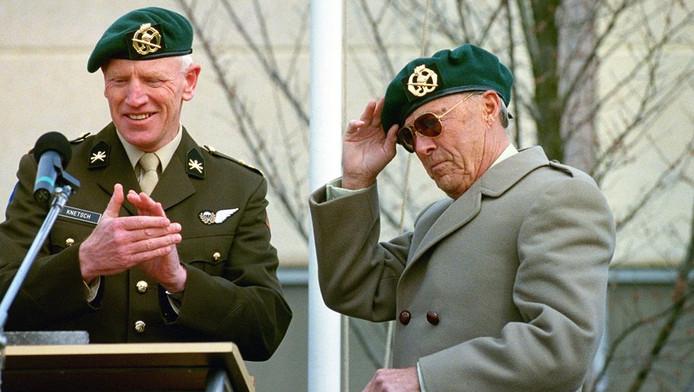 Prins Bernhard krijgt in 1992 uit handen van de commandant van het Korps Commando Troepen de groene baret.