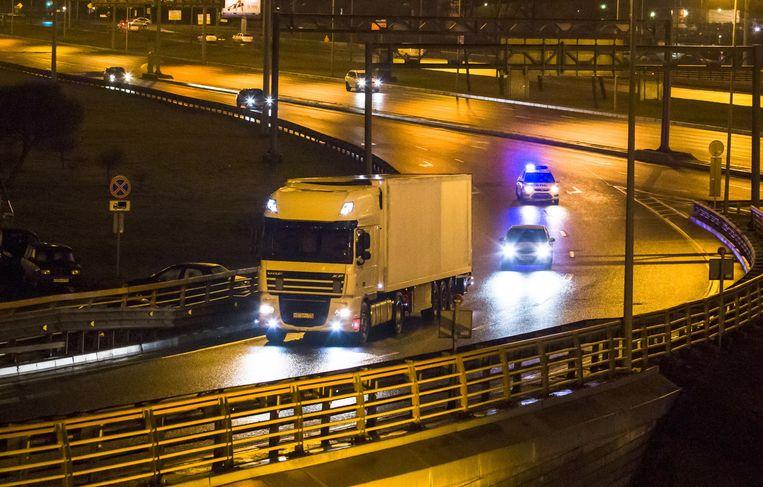 De vrachtwagen vervoert de lichamen. Beeld ap