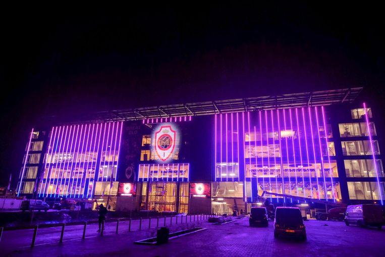 Opvallend beeld: de nieuwe tribune was gisteravond in een paarse gloed gehuld.