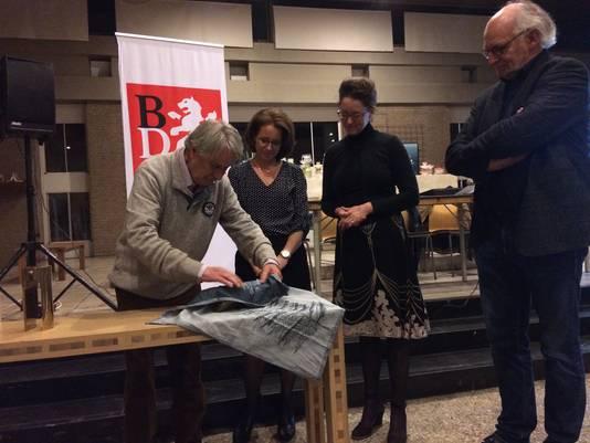 Een afvaardiging van museum Jan Cunen en architectenbureau De Twee Snoeken ontvangt de hoofdprijs van kunstenaar Ton Maria Nijhof.