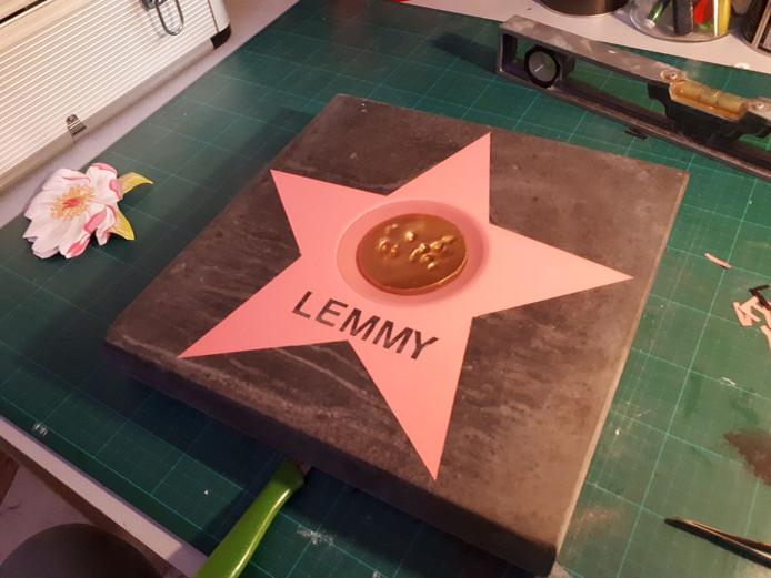 De eerste steen is af! Met een pootafdruk van hond Lemmy.