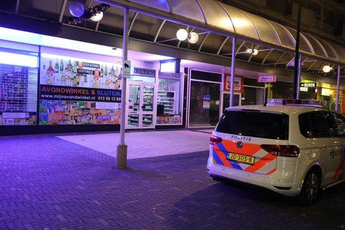 Politie op de Schouwburgring na de mislukte overval op de Avondwinkel