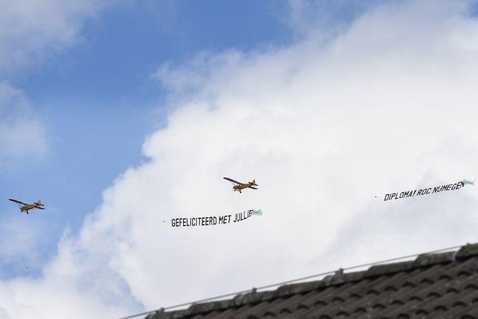 Felicitatie vanuit de lucht voor de geslaagden van ROC Nijmegen.