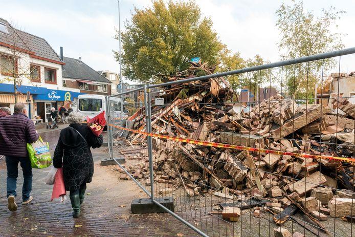 Winkelend publiek loopt langs de puinhopen van de brand in de Verlengde Dorpsstraat in Putten.
