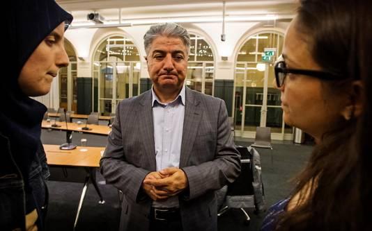 Alaattin Erdal (voorzitter stichting Cosmicus) praat met vertegenwoordigers van andere Turkse organisaties uit Rotterdam.