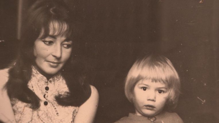 Tommy Wieringa en zijn moeder Lia. Beeld null