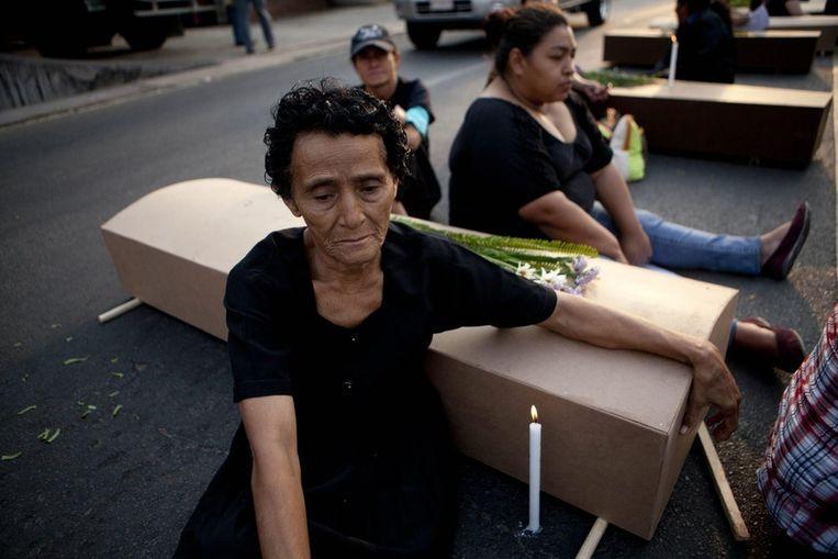 Vrouwen protesteren met symbolische doodskisten tegen het geweld in Honduras