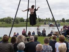 Ademloos kijken naar acrobaat tijdens IJsseltheaterfietstocht