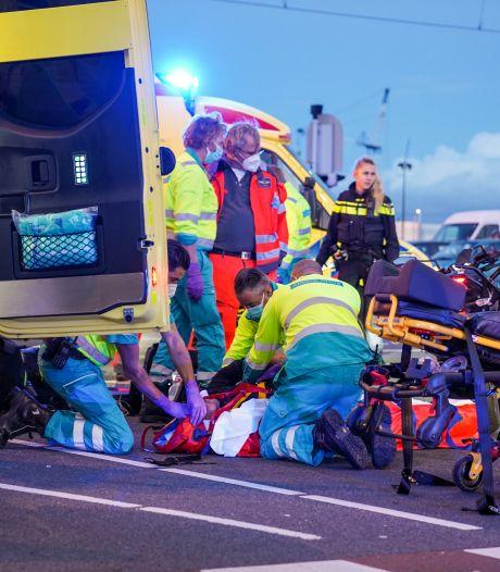 Motorrijder en fietser botsen op kruising Laan op Zuid: beiden gewond naar het ziekenhuis