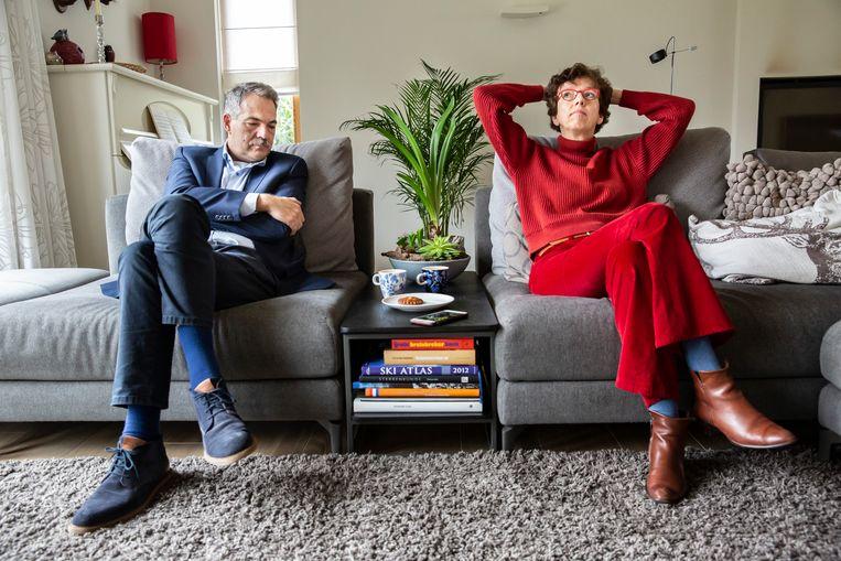 Huib-Jan en Franceline Visser volgen de dienst van dominee Evelyn Quaak-Kloet thuis via de iPhone die tussen hen in ligt Beeld Maikel Samuels