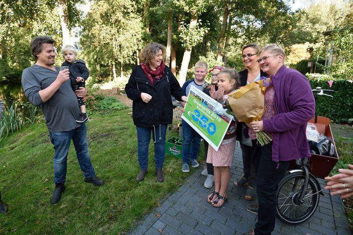 Wethouder Hilde Niezen reikt jaarlijks de Goudse Groenprijzen uit. In 2018 deed ze dat onder meer aan het Tulpenpad.