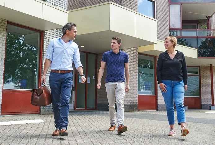 De drie huisartsen voor hun nieuwe praktijk De Morgen aan de Velmolenweg. Vlnr. Pieter van Tiel, Guus Stevens en Sheila Harmsen.