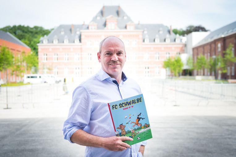 Dirk 'D'Auwe' Van der Auwera met zijn strip.