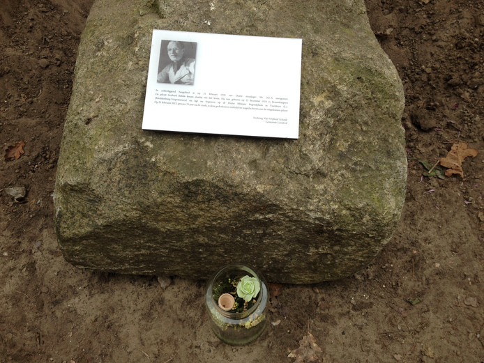 De gedenksteen voor een gesneuvelde Duitse oorlogsvlieger in Schaijk die vorig jaar 4 mei niet onthuld mocht worden. Dat gebeurde uiteindelijk in februari van dit jaar.
