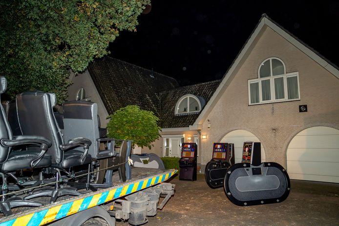 Bij de inval in een woning aan Landkaartje stuitte de politie op een illegale pokerruimte met tafels, luxe stoelen en gokkasten. Ook werd vele duizenden euro's in beslag genomen.