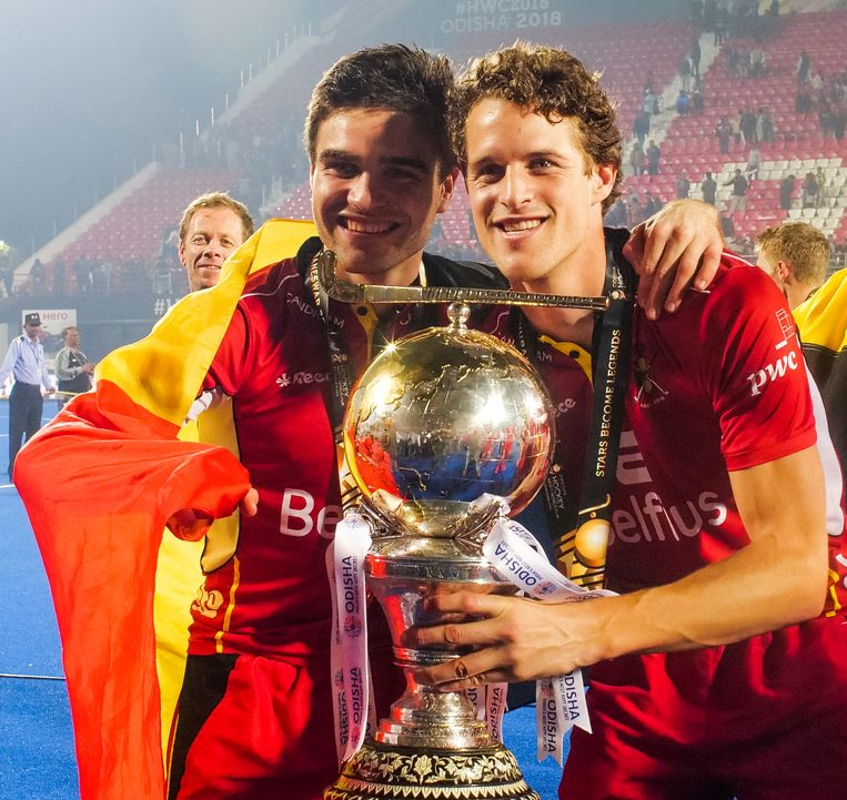 Red Lions Arthur De Sloover (L) en Nicolas De Kerpel (R) met de wereldbeker.