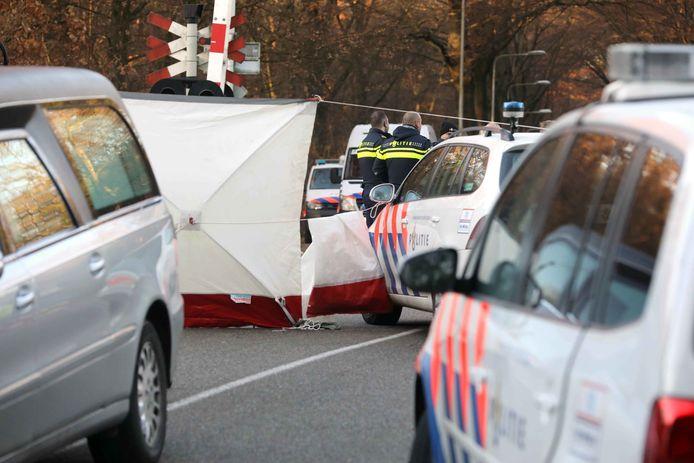 De plek van het ongeluk werd direct met witte schermen afgezet.