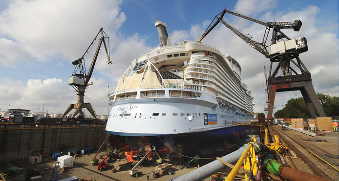 De Oasis of the Seas in het droogdok van Keppel Verolme in de Rotterdamse haven.
