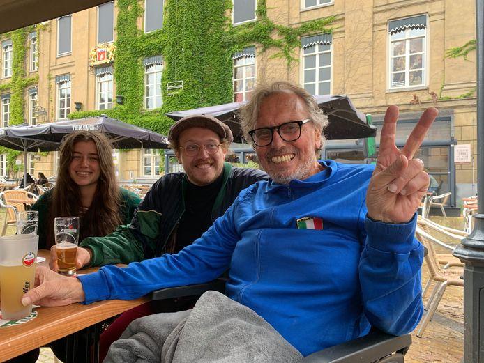 Chris Clement (68) drinkt een biertje met zoon Max en een vriendin van Max. Hij geniet ervan, nu het nog kan.