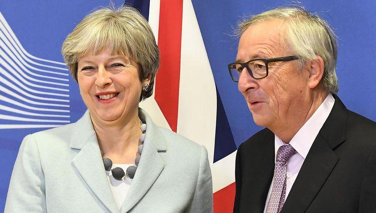 Een blije May en Juncker vrijdag. Beeld AFP